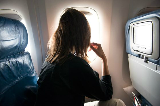 Deze tips helpen jou om makkelijker te slapen in het vliegtuig