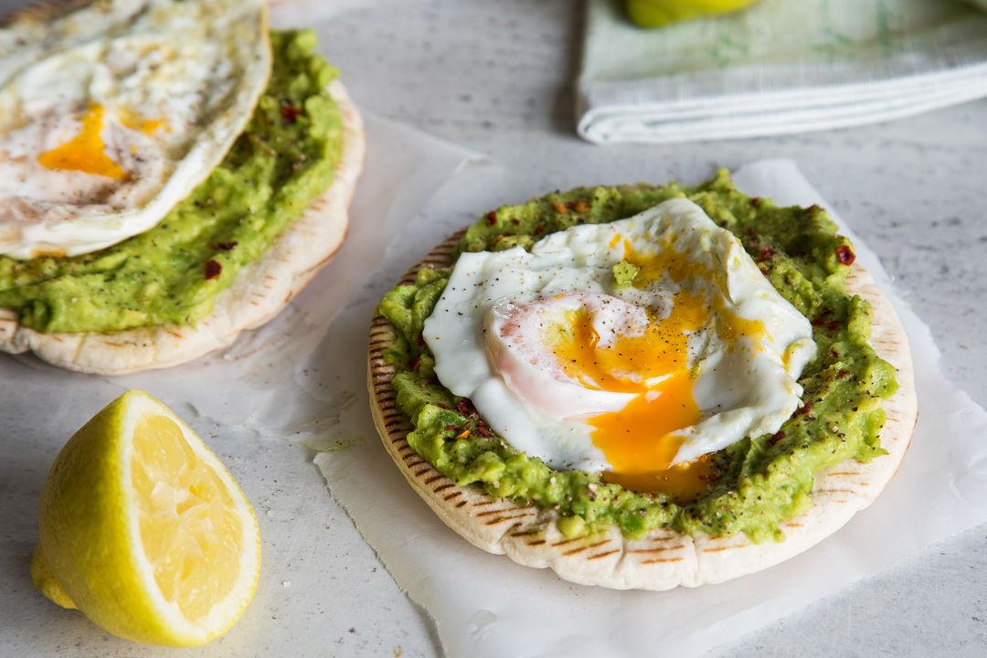 Verrassend Pita-pizza met avocado en ei! | Freshhh XD-06