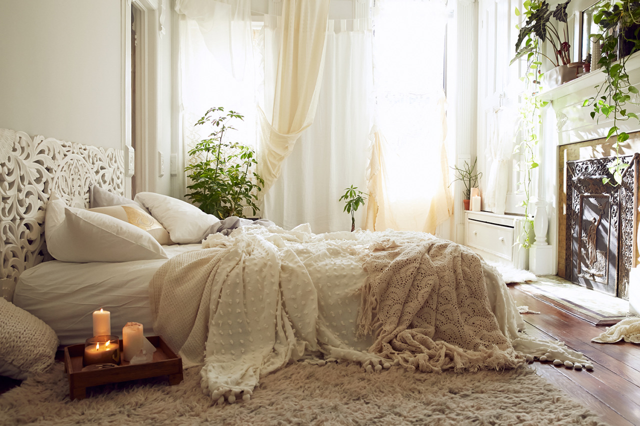 https://freshhh.nl/app/uploads/2018/01/Neutral-boho-bedroom-with-lots-of-layers-and-different-patterns.jpg