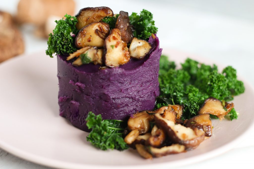 paars aardappeltaartje met champignons