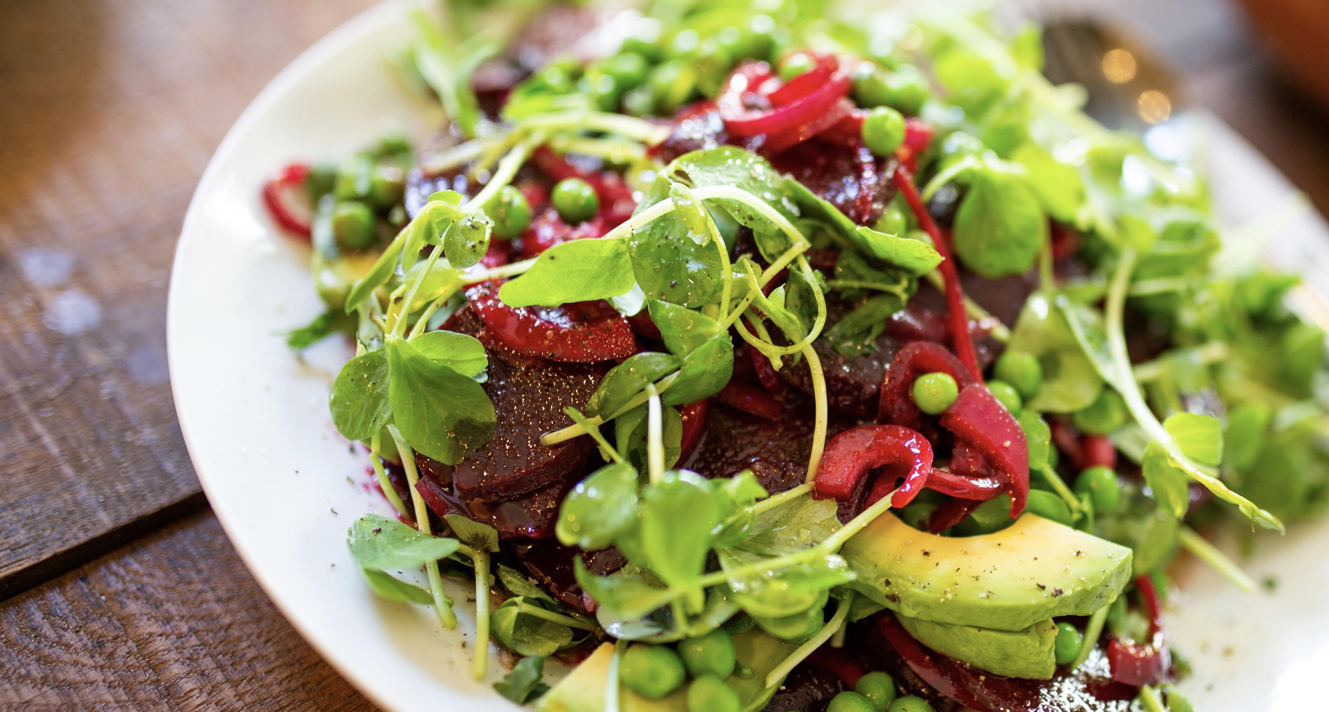 Verfrissende tuinerwtjes salade met avocado