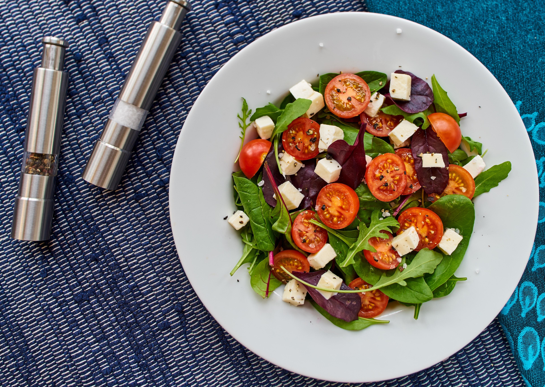 Salade met feta, olijven en rode ui