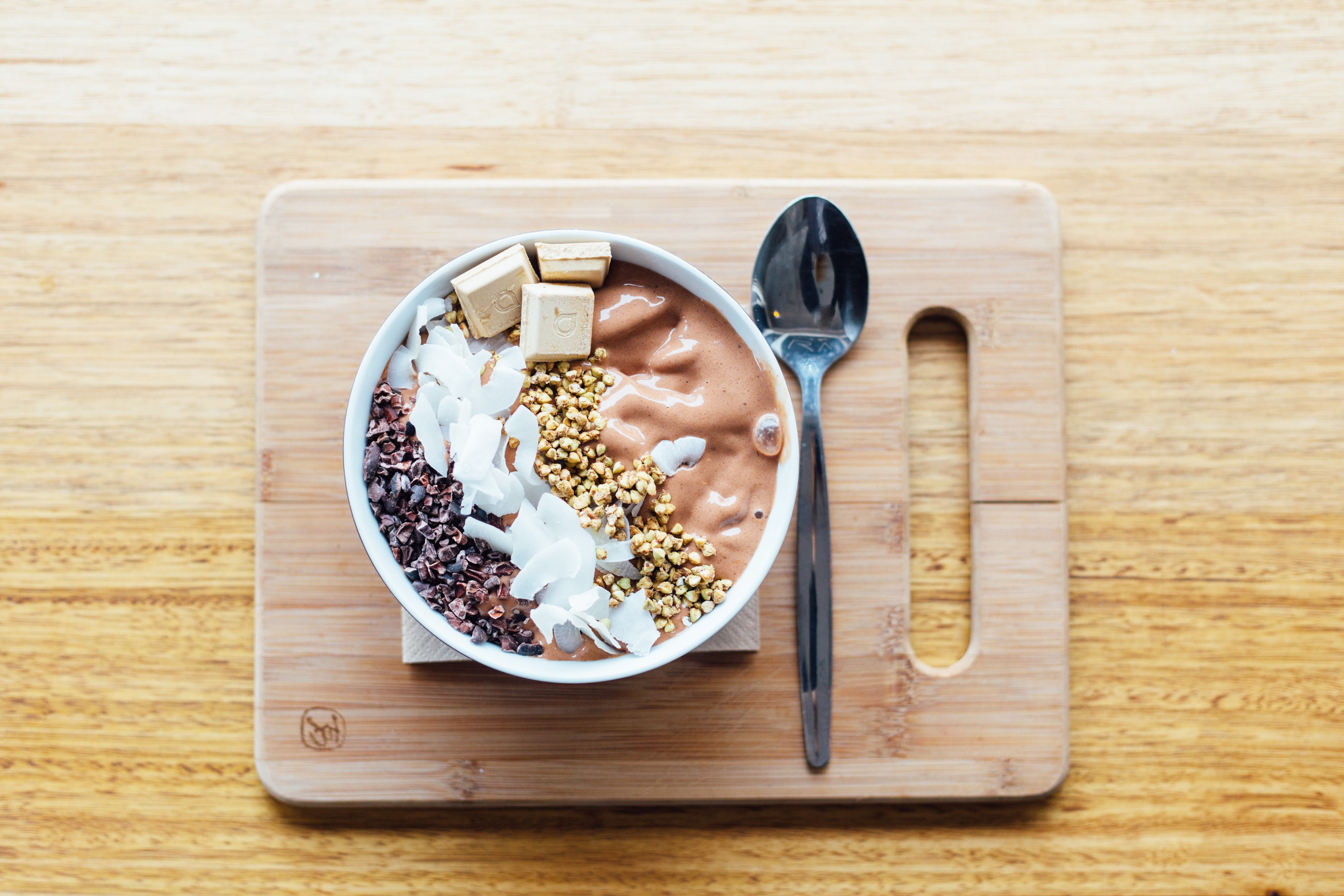 Healthy banana chocolate smoothiebowl voor de zoetekauw