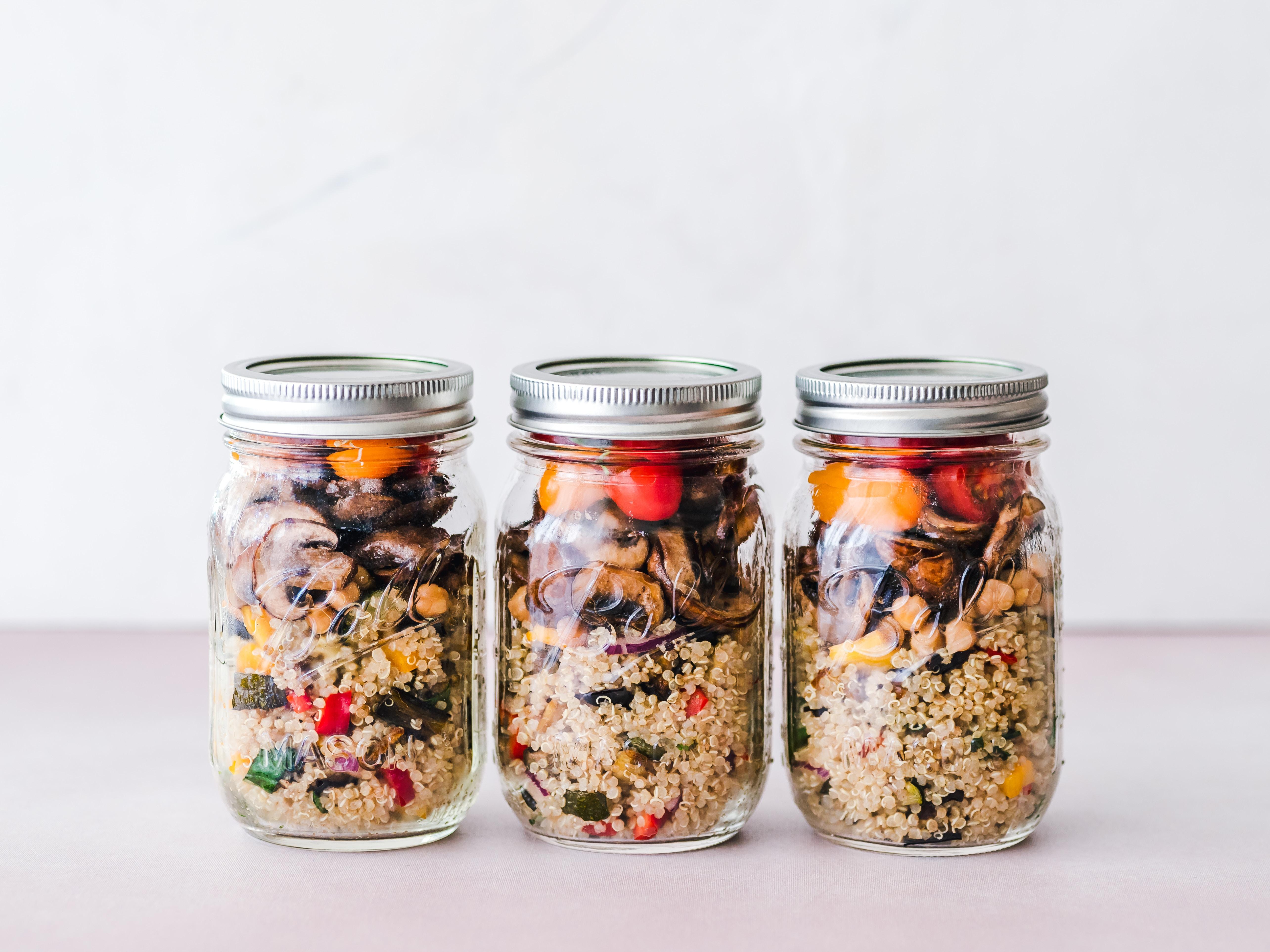 quinoa met gewokte groenten in a jar