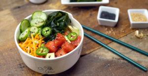 poké bowl met watermeloen en jalapeño's