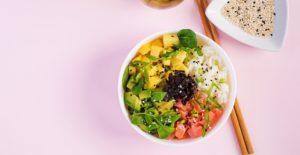 poké bowl met mango en zalm