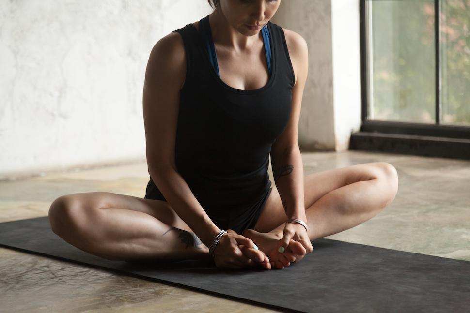 Vrouw doet vlinder pose yoga