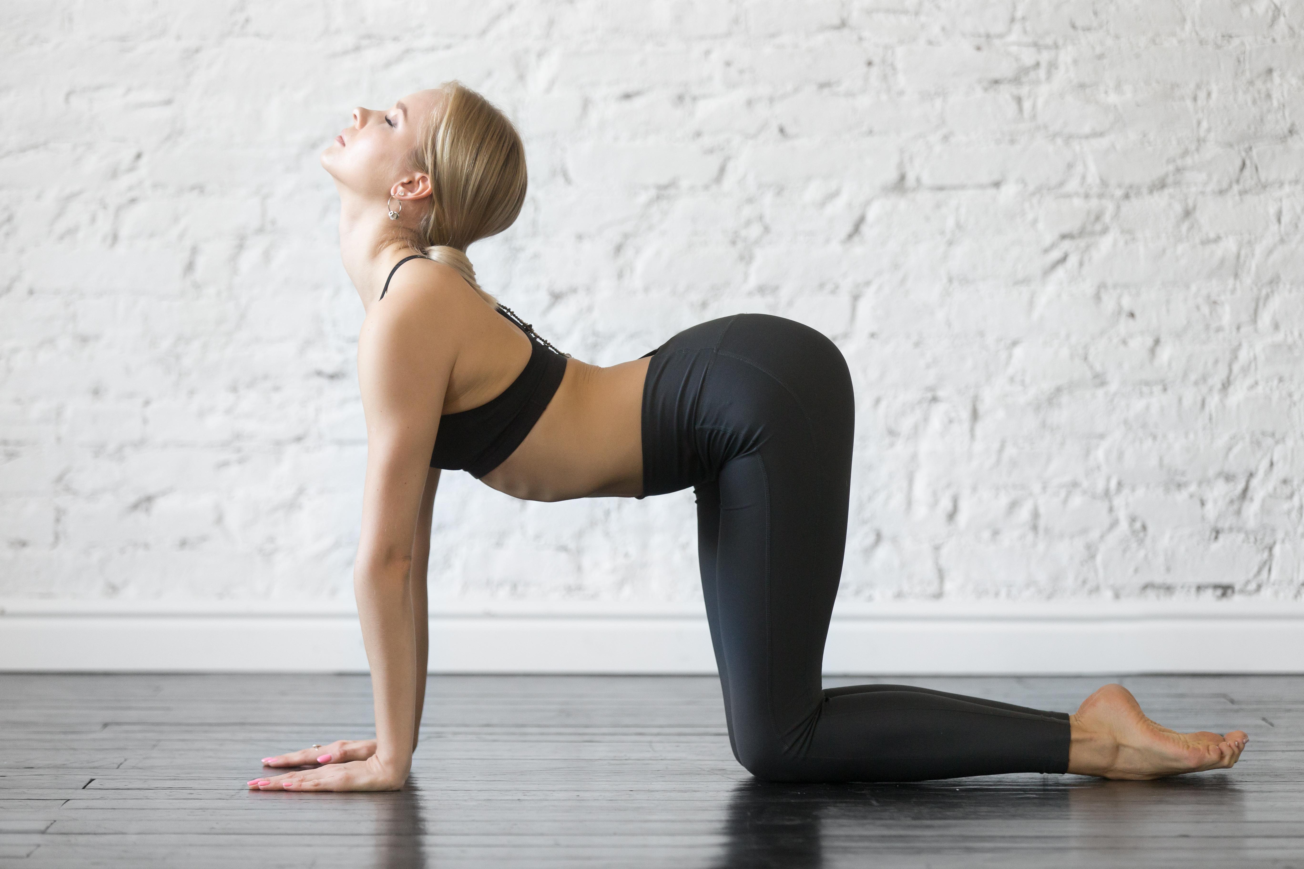 Vrouw doet cow pose yoga