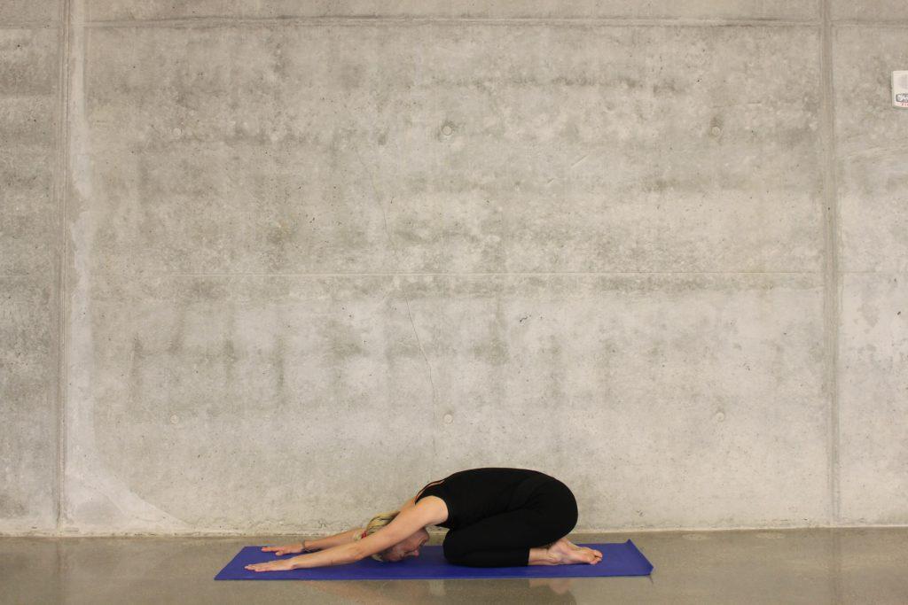 Vrouw doet child pose yoga
