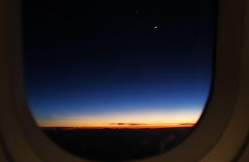 8 tips om beter te kunnen slapen in het vliegtuig