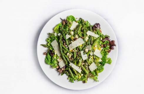 Simpele salade met groene asperges en rozijnen