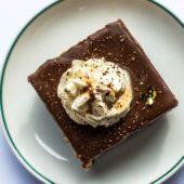 Recept: heerlijke vegan Snickers taart
