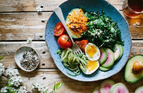 Geniet van een heerlijke, frisse saladebowl met zalm