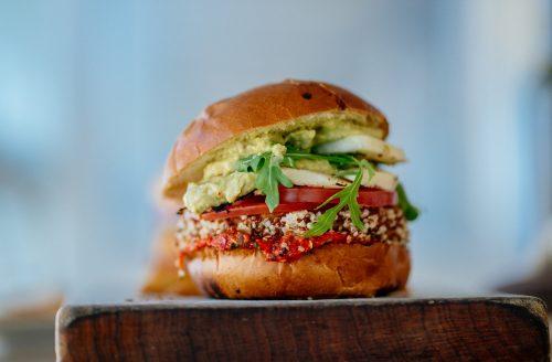 Broodje met quinoa, avocado en zongedroogde tomaat