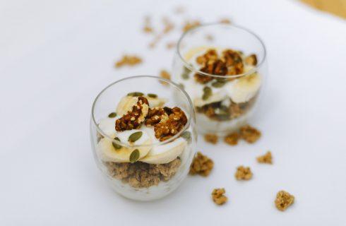 Energie nodig? Probeer deze yoghurt met noten en banaan