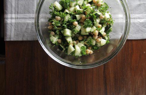 Super simpele komkommer salade met kikkererwten