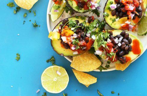 Heerlijke avocado bootjes in Mexicaanse stijl (vegan)