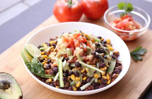 Koude Mexicaanse salade met quinoa en homemade guacamole