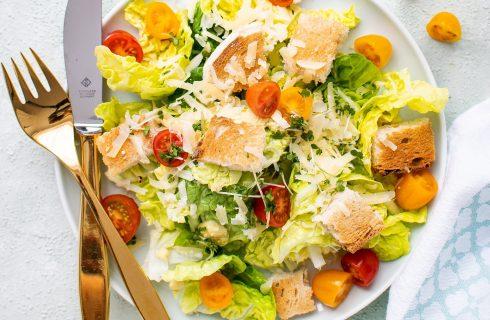 Frisse en kleurrijke ceasar salad met ansjovis