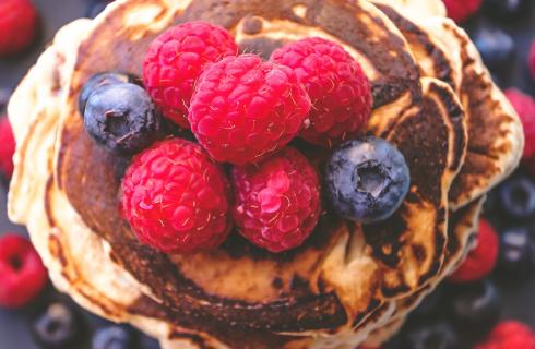 Recept: heerlijke kokos pannenkoekjes met rood fruit
