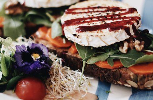 Broodje gezond tijdens de lunch met geitenkaas