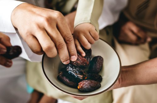 Zachte dadels met pindakaas en pure chocola