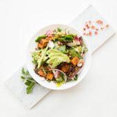 Spinazie salade met granaatappel en zoete aardappel