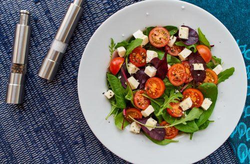 Salade met feta, olijven en rode ui: lekker en gezond