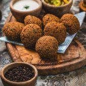 Houd je vast: Mora en de Vegetarische Slager introduceren de vegetarische frikandel