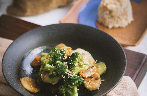 Gewokte garnalen bereid in sesamolie met broccoli