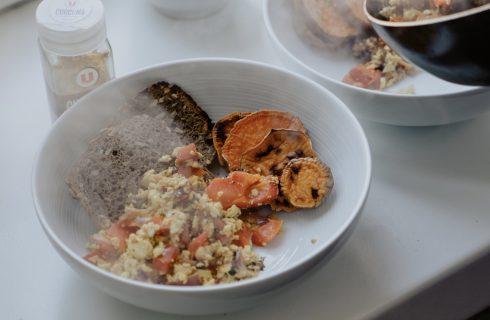 Healthy breakfast: zoete aardappel en roerei met groentes
