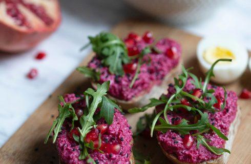 Broodjes met bietenspread en granaatappelpitjes om uit te delen