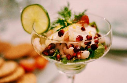 Simpele en frisse garnalencocktail met granaatappel en limoen