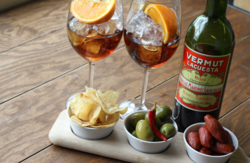Zeg maar dag tegen je G&T, vermouth wordt dé cocktail trend deze zomer!