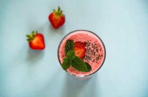 Aardbeien en munt smoothie met chiazaad