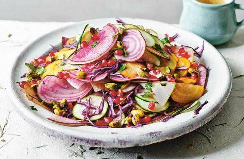 Van deze regenboog salade met granaatappel word je helemaal happy