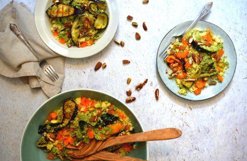 Vegan couscous salade met pesto, noten en gegrilde groenten (vegan)