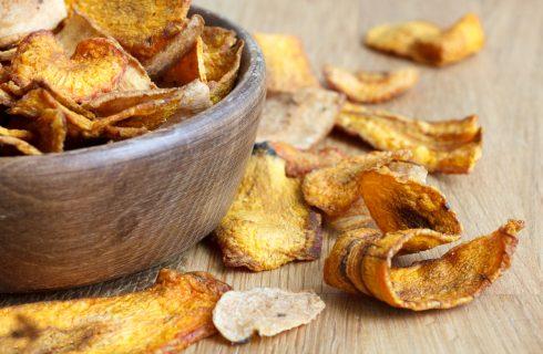 Lekker en gezond snacken met deze pastinaak en wortel chipjes!