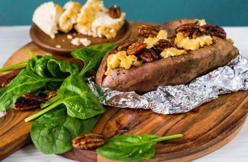 Vegan BBQ: gepofte zoete aardappel met tofu geitenkaas en gekarameliseerde pecannoten