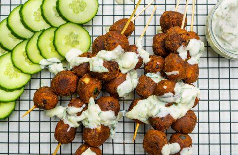 Vegan BBQ spiesjes van zwarte bonen met vegan tzatziki