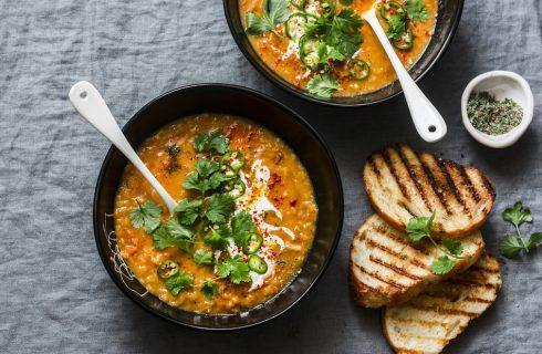 Kruidige vegan groentesoep van zoete aardappel en linzen