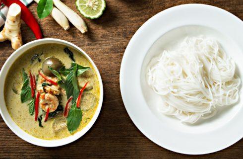 Gezonde Thaise groene curry met kip en paksoi