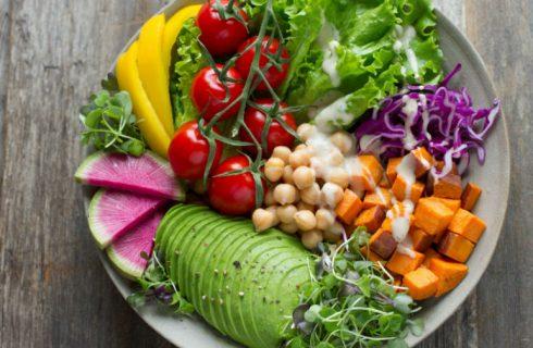 Gezonde lunchsalade met avocado en witlof