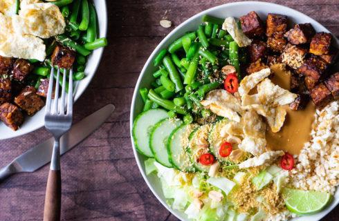 Plantaardige gado gado bowl met gekruide tempé, sperziebonen en pindasaus