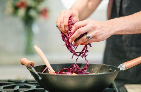 Vier het najaar met deze rodekool stamppot met vegaballetjes