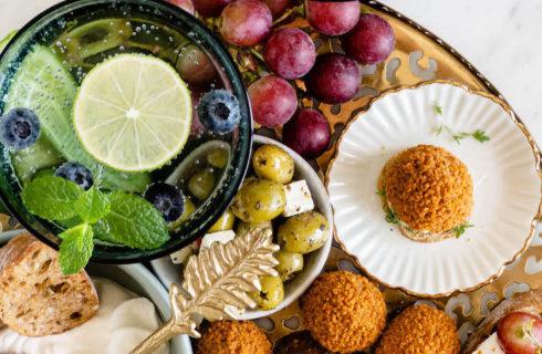 Recept: vegetarische borrelplank met bitterballen en gegrilde druiven