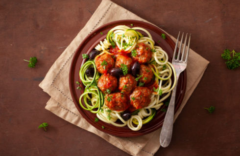 Courgetti met groenteballetjes en tomatensaus: Vega!