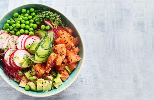 Recept: koolhydraatarme poké bowl met zalm