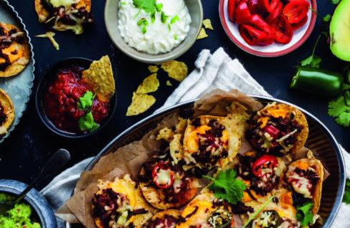Recept: Nachoschotel met gekruid gehakt, kaas en guacamole