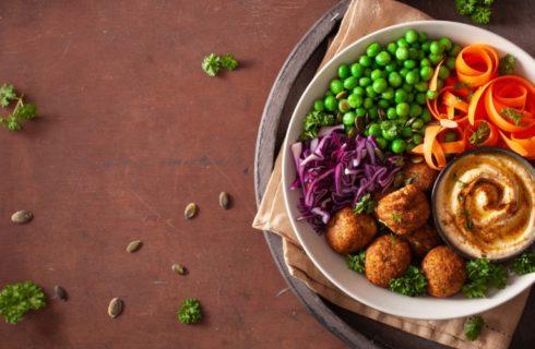 Recept: Falafel bowl met pompoenhummus en courgette